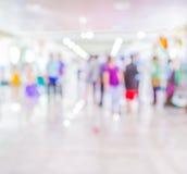 L'immagine vaga della gente che cammina al giorno commercializza, offusca il fondo Immagini Stock Libere da Diritti