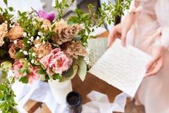 L'immagine vaga nella mattina beige rosa del fondo di colori pastelli, sposa ha letto la calligrafia della lettera Fotografia del fotografia stock