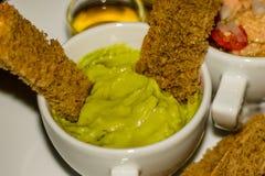 L'immersion d'Avacardo avec brun a grillé le pain et une salade de thon photographie stock
