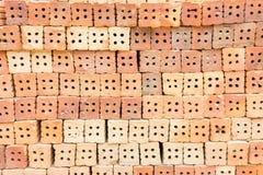 L'immeuble de brique rouge est important dans la construction des murs photos libres de droits