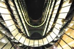 L'immeuble de bureaux moderne a allumé des hublots la nuit Image libre de droits