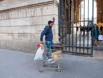 L'immigré vend des châtaignes devant le Lourve, Paris, France photos stock