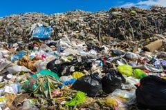 L'immondizia della montagna è inviata da urbano e da zone industriali Fotografia Stock Libera da Diritti