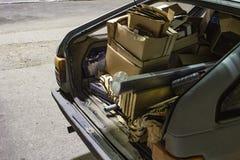 L'immondizia inutile ha portato dentro il tronco di vecchia automobile fotografia stock