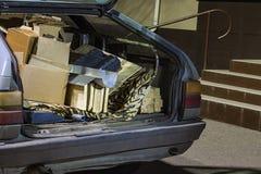 L'immondizia inutile ha portato dentro il tronco di vecchia automobile immagine stock