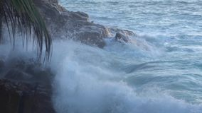 L'impatto delle onde sulle scogliere o sul litorale stock footage