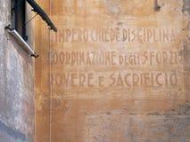 L'impero richiede disciplina, coordinazione delle forze, il dovere ed il sacrificio - vecchio slogan sulla datazione della parete fotografia stock libera da diritti