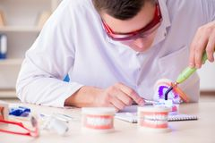 L'impianto funzionante dei denti del dentista in laboratorio medico Fotografie Stock Libere da Diritti