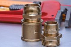 L'impianto idraulico d'ottone si separa la chiave fotografia stock libera da diritti