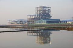 Impianto industriale e riflessione, Tailandia. Immagini Stock