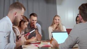 L'impiegato di concetto biondo della donna sta eseguendo alla riunione di lavoro stock footage