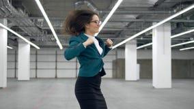 L'impiegato di concetto felice comincia ballare e getta via i documenti archivi video