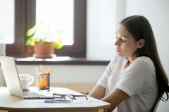 L'impiegato femminile che la allunga indietro, tenendo osserva chiuso immagine stock libera da diritti