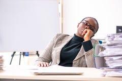 L'impiegato femminile nero insoddisfatto di eccessivo lavoro fotografie stock libere da diritti