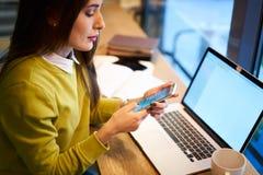 L'imprenditore femminile che fa il lavoro a distanza tramite computer portatile con lo schermo in bianco si è collegato ad Intern Fotografia Stock Libera da Diritti