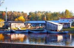 L'impresa di piscicoltura con le barche sul fiume Fotografia Stock