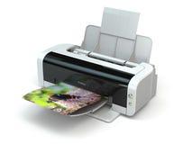 L'imprimante couleur imprime la photo sur le fond blanc Images libres de droits
