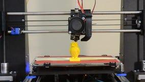 l'imprimante 3D accumule le plan rapproché de couleur de jaune d'objet
