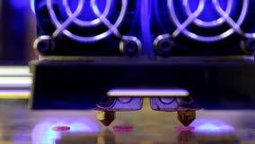 l'imprimante 3D avec la double extrudeuse commence à imprimer les détails roses clips vidéos