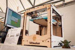 L'imprimante 3d en bois au robot et les fabricants montrent Photographie stock libre de droits
