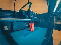 l'imprimante 3D imprime la forme de plan rapproché rouge en plastique fondu image stock