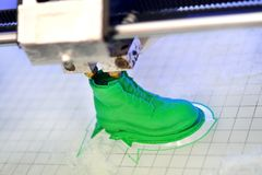 l'imprimante 3D imprime la forme de vert en plastique fondu Photo libre de droits