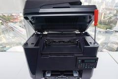 L'imprimante de bureau est réparée par le tournevis rouge Photos libres de droits