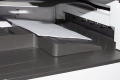 L'imprimante de bureau imprime des feuilles images stock