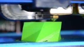 L'imprimante du plan rapproché 3D accumule l'objet avec du plastique fondu chaud