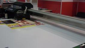 L'imprimante hybride IQDEMY d'UV-LED, se ferment vers le haut de la vue du processus d'impression clips vidéos