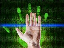 L'impronta digitale della palma è esplorata contro la matrice di numeri fotografie stock libere da diritti