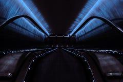 L'incandescenza del neon nel sottopassaggio fotografia stock