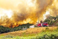 L'incendie de forêt énorme menace des maisons Images libres de droits
