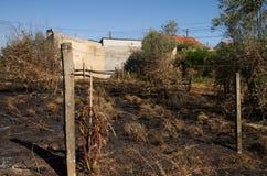 L'incendie de forêt a brûlé la terre jusqu'à de petites maisons de village - Pedrogao grand Images stock