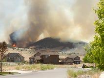 L'incendie sauvage ou l'incendie forrest met en danger le voisinage Photographie stock libre de droits