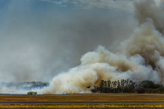 L'incendio del sottobosco dell'aeroporto chiude l'aeroporto internazionale in EL Salvadore Immagine Stock