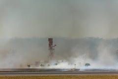 L'incendio del sottobosco dell'aeroporto raggiunge la torre del radar Fotografie Stock