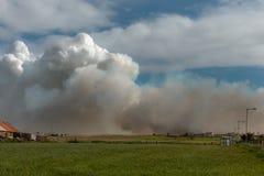 L'incendio violento minaccia l'azienda agricola vicino ai chicchi villaggio, Scozia di John O Immagine Stock Libera da Diritti