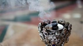 L'incenso fuma nella stanza video d archivio