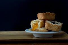 L'inceppamento casalingo del mirtillo e l'inceppamento arancio hanno riempito i biscotti gastronomici della briciola di biscotto  immagini stock