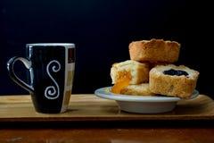 L'inceppamento casalingo del mirtillo e l'inceppamento arancio hanno riempito i biscotti gastronomici della briciola di biscotto  fotografia stock