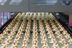 L'inceppamento gemellato di colore cade la linea di produzione dei biscotti Fotografie Stock Libere da Diritti