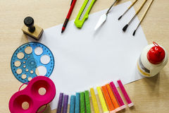 L'inchiostro di immagine di sfondo ed altri strumenti di disegno Fotografia Stock Libera da Diritti