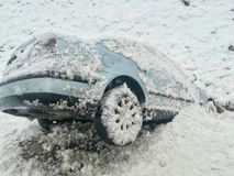 L'incidente stradale della neve ha scivolato nella fossa fotografie stock