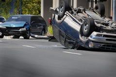 L'incidente stradale ha fracassato il veicolo con danno lanciato più fotografia stock libera da diritti