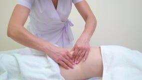 L'inclinaison a abattu du masseur f?minin massant l'abdomen de la jeune femme banque de vidéos