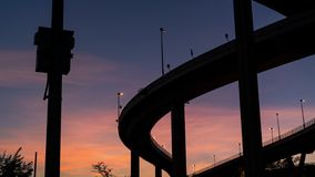 L'inclinaison a abattu sous la route du pont du rama IX de roi Beau cr?puscule banque de vidéos