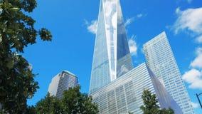L'inclinaison a tiré d'un World Trade Center à Manhattan, NY banque de vidéos