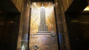 L'inclinaison a tiré du foyer de l'Empire State Building, NY banque de vidéos