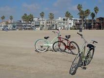 L'incrociatore d'annata della spiaggia cicla alla bella spiaggia di Venezia a Los Angeles, la California immagini stock libere da diritti